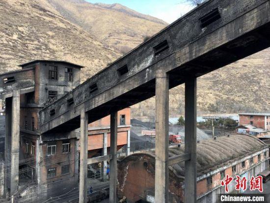 图为煤矿厂区选煤楼外观。 张婧 摄