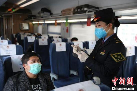图为中国铁路兰州局集团公司开行的复工专列。 张涛 摄