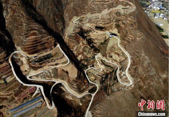 受益于国家精准扶贫政策,甘肃陇南深山区的水泥路渐渐多了,也才得以和外界多了交流。图为航拍文县境内弯弯曲曲的山路。 李亚龙 摄