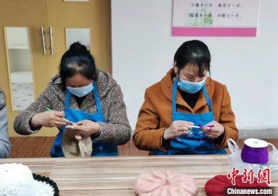 图为农家妇女免费学习手工技能。崇信县妇联供图