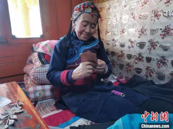 图为甘肃藏区妇女利用宅家时间做手工。 邓世贤 摄