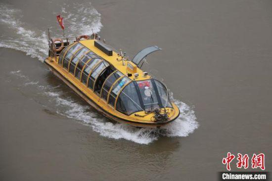 图为水上巴士在黄河上航行。 张婧 摄