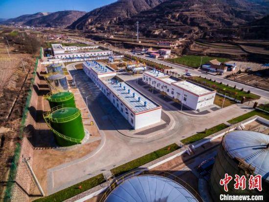长庆油田采油二厂城壕油田日产突破1800吨,建成采油二厂又一个年产60万吨大油田。 张鹏飞 摄