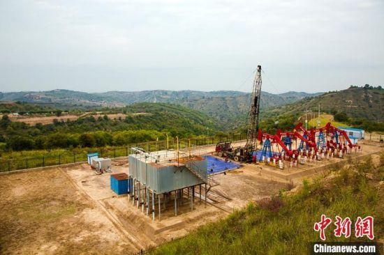 1到3月份,采油二厂在10个油藏推广轮注轮采技术222井组,稳产基础进一步夯实,减少无效注水12.8万方,节约水费128万元。 张鹏飞 摄