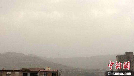 3月25日,甘肃省庆阳市镇原县多地出现大风沙尘天气。 李岩 摄