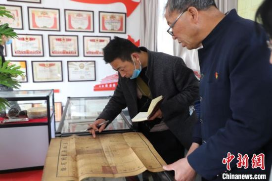 图为甘肃省天水市武山县龙台镇杨咀村工作人员将收藏的上万件老物件进行整理。 薛小瑞 摄