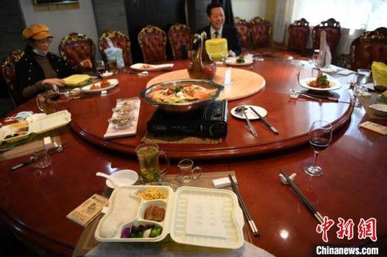 图为兰州餐饮企业推行分餐制、公筷制、双筷制。 杨艳敏 摄