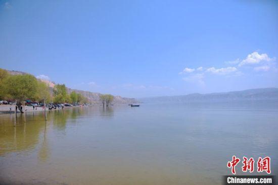 图为湖滨、沙滩、绿荫、泳场浑然天成。 韦德占 摄