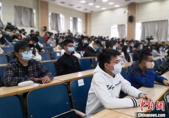 """图为兰州大学学子聆听驰援武汉医护人员代表讲战""""疫""""故事。 刘玉桃 摄"""
