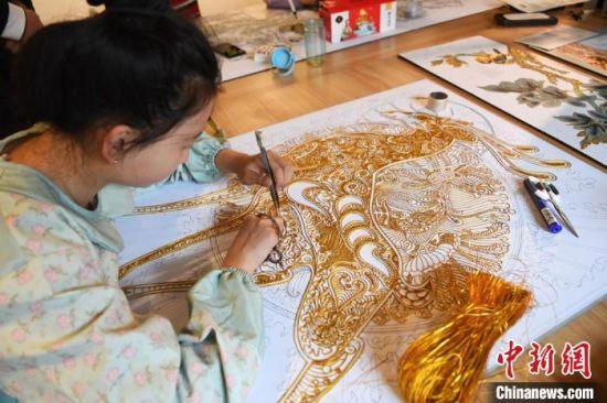 """立志要和父亲一样成为""""守艺人""""的女儿李捷深感肩上的责任和压力,她说,父亲坚守了30多年始终如一,年轻人更应该有责任将这份中国古老技艺和优秀文化不断传承并创新。 杨艳敏 摄"""