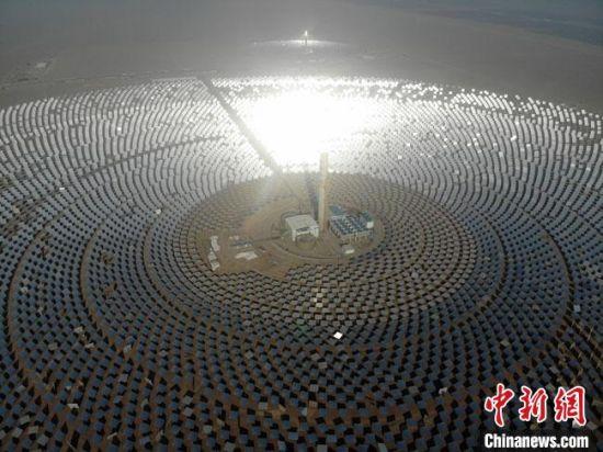 这是全球聚光规模最大、吸热塔最高、储热罐最大、可24小时连续发电的100兆瓦级熔盐塔式光热电站,标志着中国成为世界上少数掌握百兆瓦级光热电站技术的国家之一。(资料图) 杨艳敏 摄