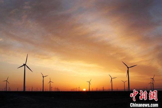 图为甘肃酒泉市境内的风力发电厂。(资料图)酒泉市委宣传部供图