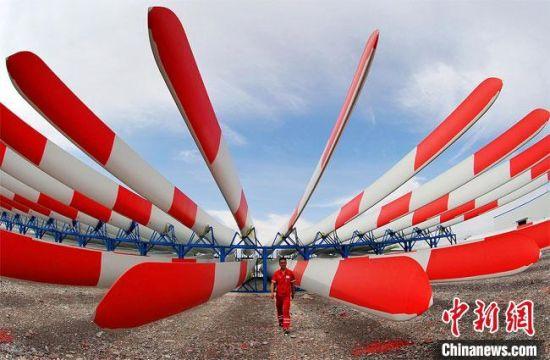 图为甘肃酒泉市生产的风力发电叶片。(资料图)酒泉市委宣传部供图