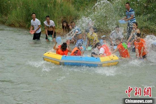 图为赤金峡风景区漂流,游人互动戏水。(资料图) 玉门市委宣传部供图