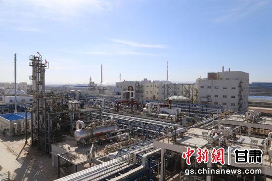 图为金川公司民营经济产业园化工新材料公司30万吨PVC生产系统全貌。(资料图)张新林 摄