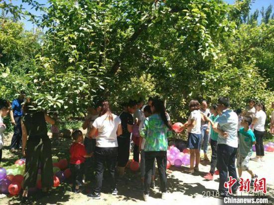 5月下旬,游客在瓜州县田园综合体游玩。 李云涛 摄