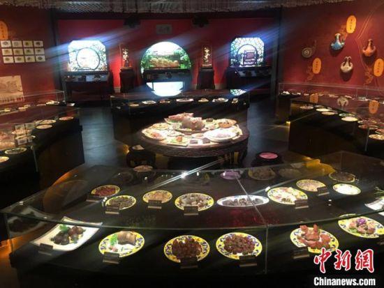 """图为""""丝路天宝・中国观赏石景园""""中部分藏品展示。 张婧 摄"""