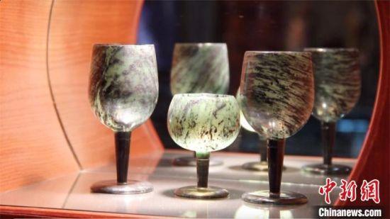 夜光杯质地光洁、杯壁极薄又透亮。 高莹 摄