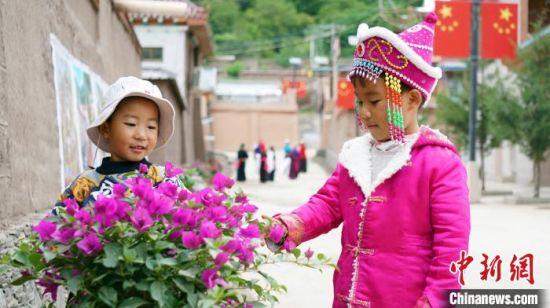 图为游客在谢协村赏花。 魏建军 摄
