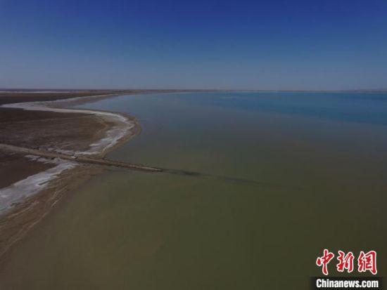 """图为空中俯瞰敦煌沙漠中的""""大海""""哈拉诺尔湖蔚为壮观。(资料图) 杨艳敏 摄"""