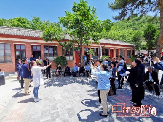 揭牌仪式后,西北师范大学师生为村民演唱《阳光路上》《甘肃老家》等歌曲。