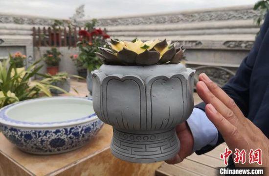 图为砖雕文创产品花盆。 刘玉桃 摄