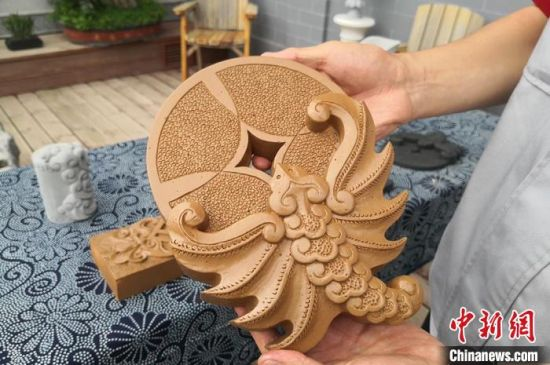 图为砖雕文创产品。 刘玉桃 摄