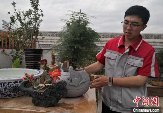图为砖雕文创产品花盆,外观融合传统文化与现代元素。 刘玉桃 摄
