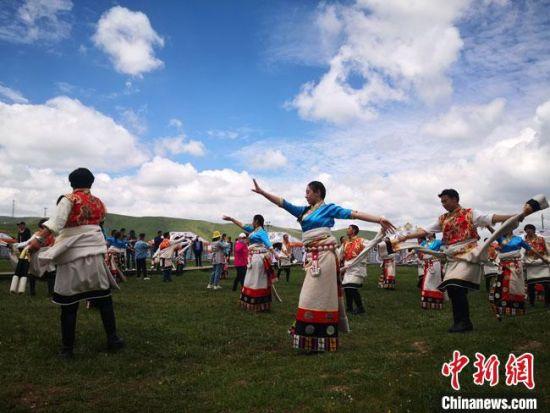 6月下旬,藏族青年男女在尕秀村帐篷城载歌载舞。 冯志军 摄