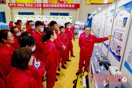 技术青年孙玉新向观摩人员介绍硫化氢防治的新工艺应用情况。