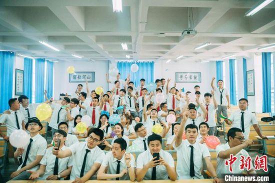 图为毕业生在教室拍照留念。(资料图)甘肃省教育厅供图