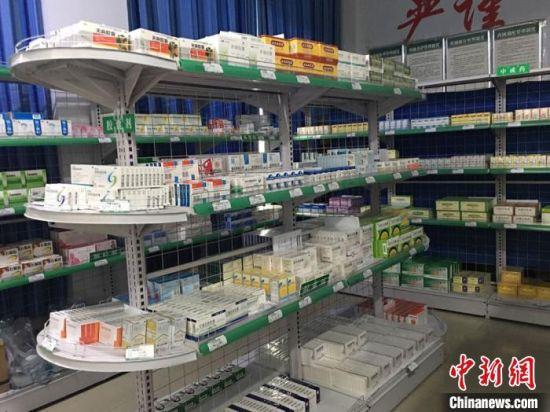 图为杨爱霞如今工作的药房环境,中西药和针剂贮藏分离。 张婧 摄