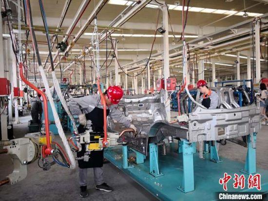 兰州亚太新能源汽车有限公司的车间工人正在制造汽车。(资料图) 刘薛梅 摄