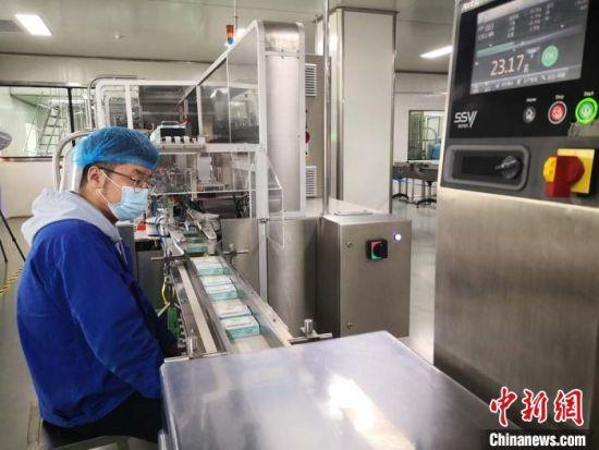 2020年5月中旬,甘肃陇神戎发药业股份有限公司自动化生产线正在生产中成药。(资料图) 刘薛梅 摄