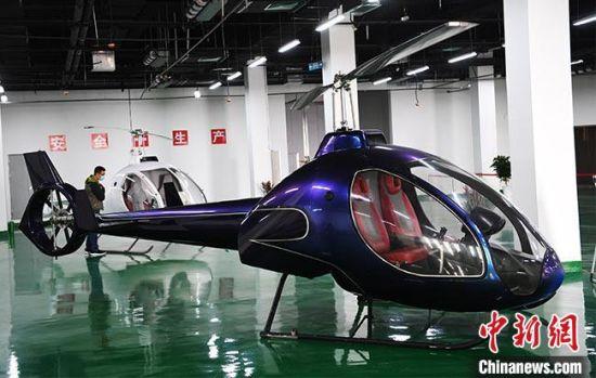 图为张掖智能制造产业园内一家企业展厅内展示的直升机。(资料图) 杨艳敏 摄