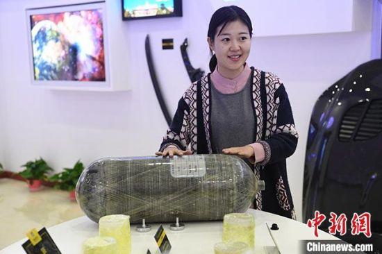 图为张掖智能制造产业园,一企业展厅内工作人员介绍用碳材料制作的产品原件。(资料图) 杨艳敏 摄