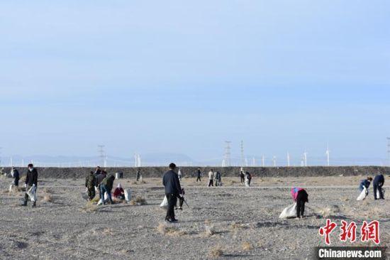 图为7月初,瓜州县志愿服务清河道。 王静 摄