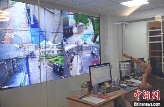 兰州城关区引入垃圾分类声光报警智能系统,引导居民正确分类投放垃圾。图为该系统的电子监控区。 杨艳敏 摄