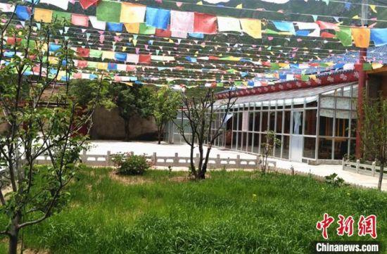 """图为甘肃卓尼县力赛村的""""藏家乐""""。 史静静 摄"""