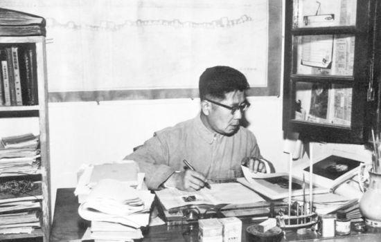 20 世纪50 年代,常书鸿在敦煌文物研究所办公室工作(《此生只为守敦煌:常书鸿传》书中插图)。