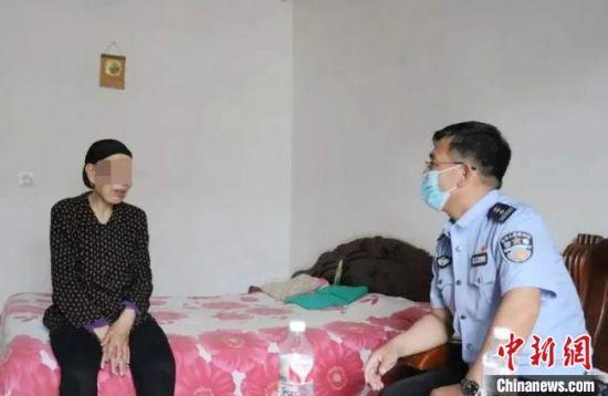 图为强戒所干警与戒毒人员家属聊天。(资料图)甘肃省戒毒管理局供图