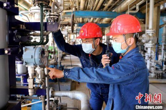 兰州石化公司乙烯厂丁二烯车间员工检查现场设备运行参数,进行调整。(资料图) 宋晓海 摄