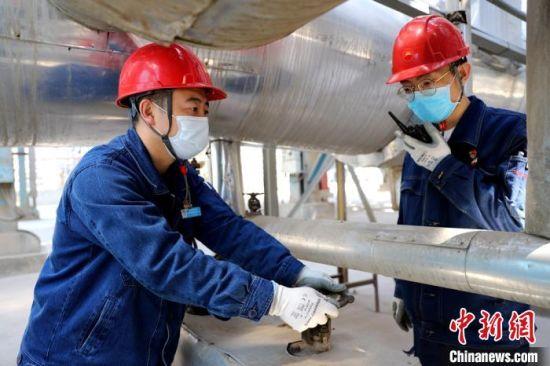 图为乙烯车间员工每24小时进行干燥器切换作业。(资料图) 宋晓海 摄
