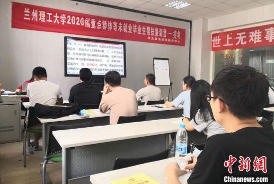 图为学生正在集训营上课。 刘玉桃 摄