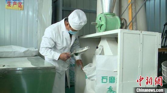 图为中国铁路兰州局集团有限公司在该县渭阳乡水泉村帮扶建成的石磨面粉厂,因村子地处偏远,以此解决当地农户粮食长期无就地加工条件的问题。(资料图) 常国栋 摄