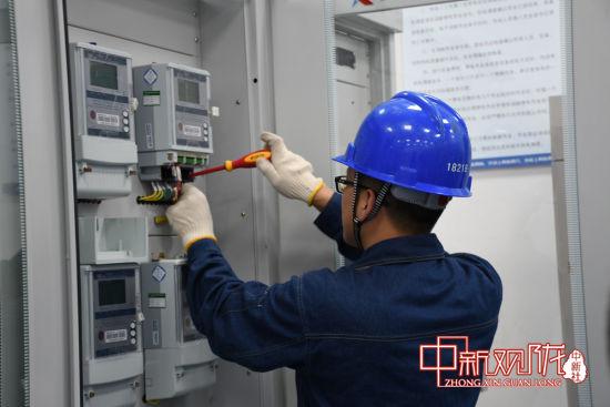 范公牵引变电所项目工作人员正在检修设备。中铁三局银西四电项供图
