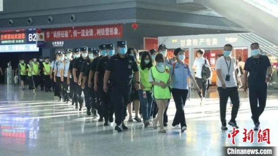 7月13日,西固警方兵分两路分赴湖北宜昌、武汉两地,成功捣毁2个诈骗团伙,抓获犯罪嫌疑人20人。兰州市公安局供图