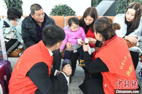 图为中川国际机场春运期间志愿者服务。(资料图) 张立生 摄