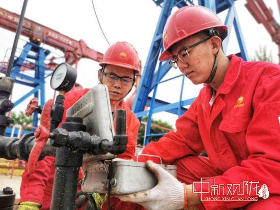 镇原油田干部员工扎根一线、为油奉献。