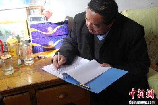 图为胡建国入户了解贫困户家庭情况。(资料图) 杨康 摄